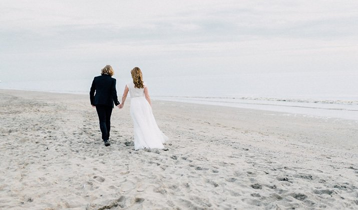Deze pastel styled shoot is perfect voor een strand bruiloft // Studio Phylicia - Engaged.nl